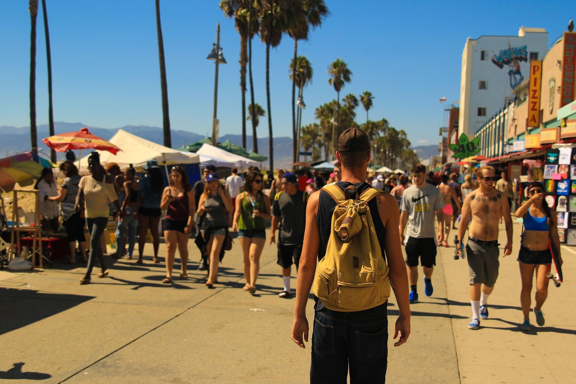 Personas caminando por la playa
